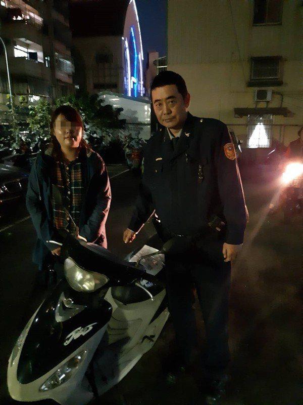 高雄市鼓山派出所警員陳建興(右),巡邏時協助黃女(左)找回失竊3年的機車。記者黃...
