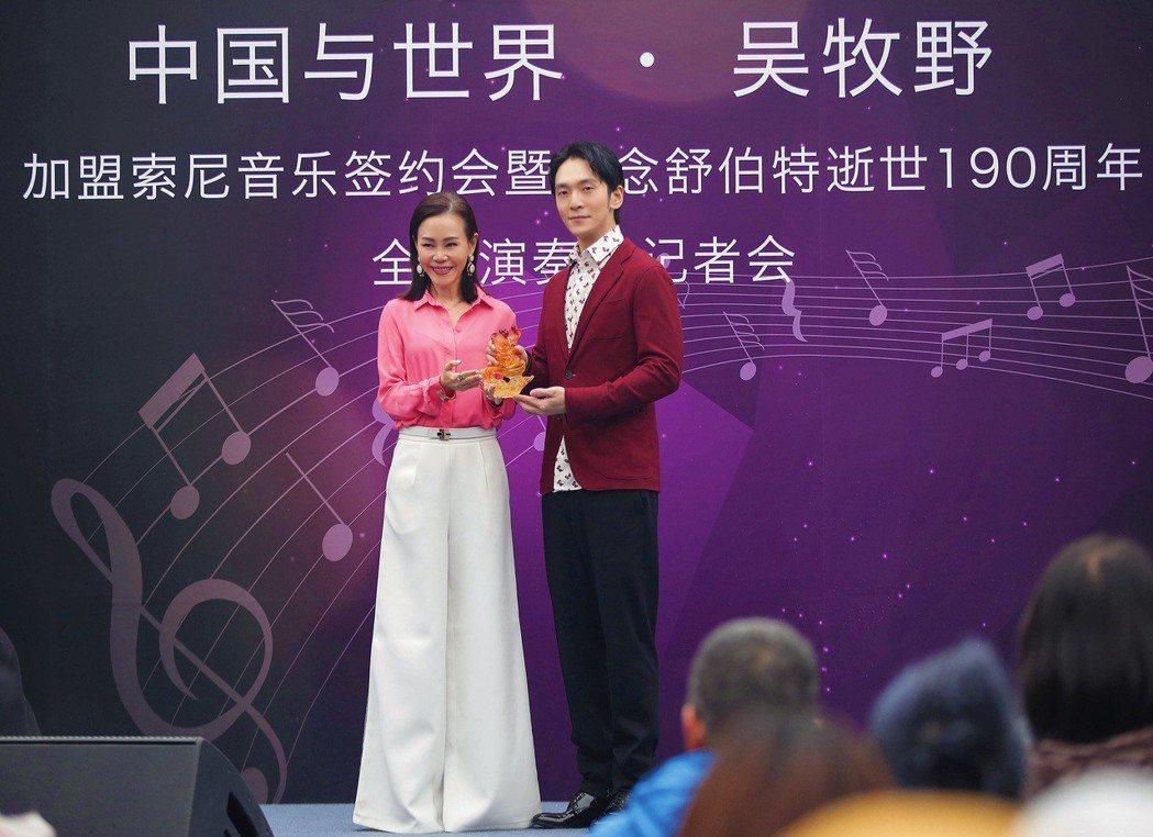 彭佳慧飛往北京擔任演奏家吳牧野(右)加盟索尼音樂記者會嘉賓。圖/索尼音樂提供
