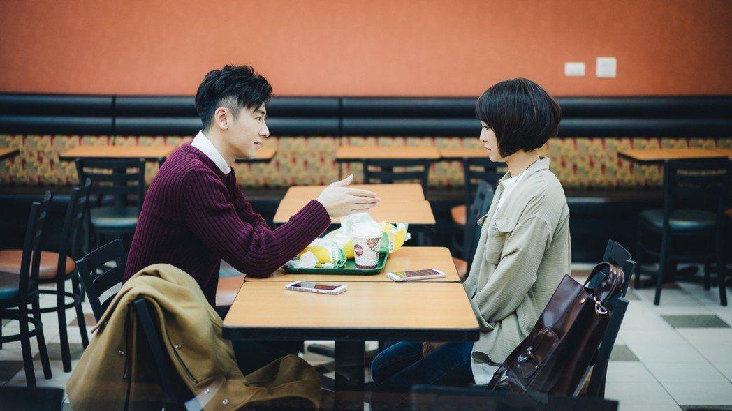 李國毅(左)與謝欣穎制定房客公約。圖/歐銻銻娛樂提供
