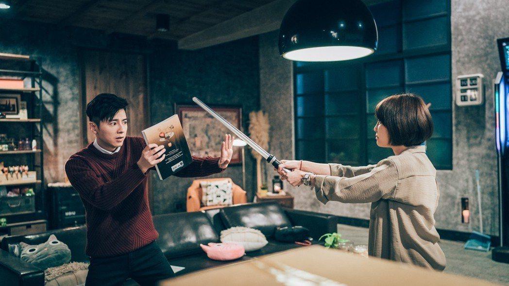 李國毅(左)慘遭謝欣穎棒打。圖/歐銻銻娛樂提供