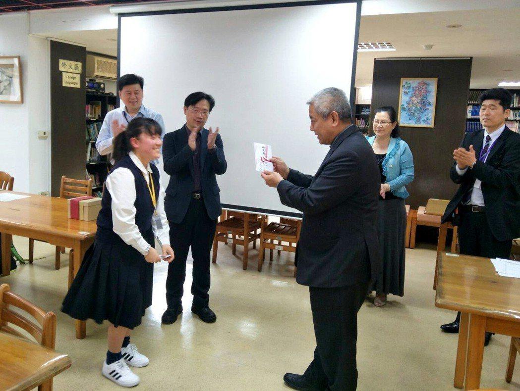 日本縣立廣島高校學生(左)捐贈該校學生捐款,由桃園市教育局長高安邦(右)接收感謝...