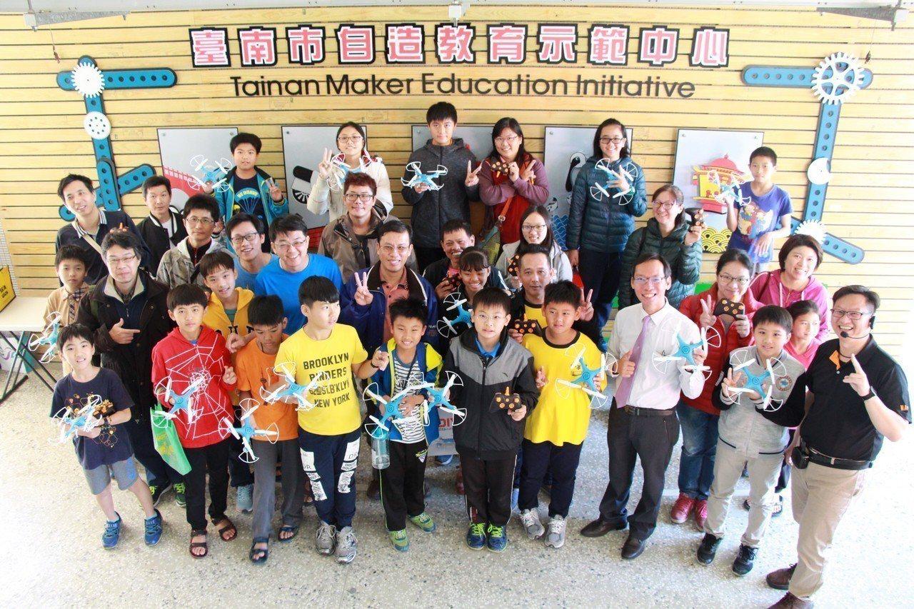 台南市新興國中舉辦飛行自造親子營,吸引許多小六生與家長一起體驗新課綱的精神,圖為...