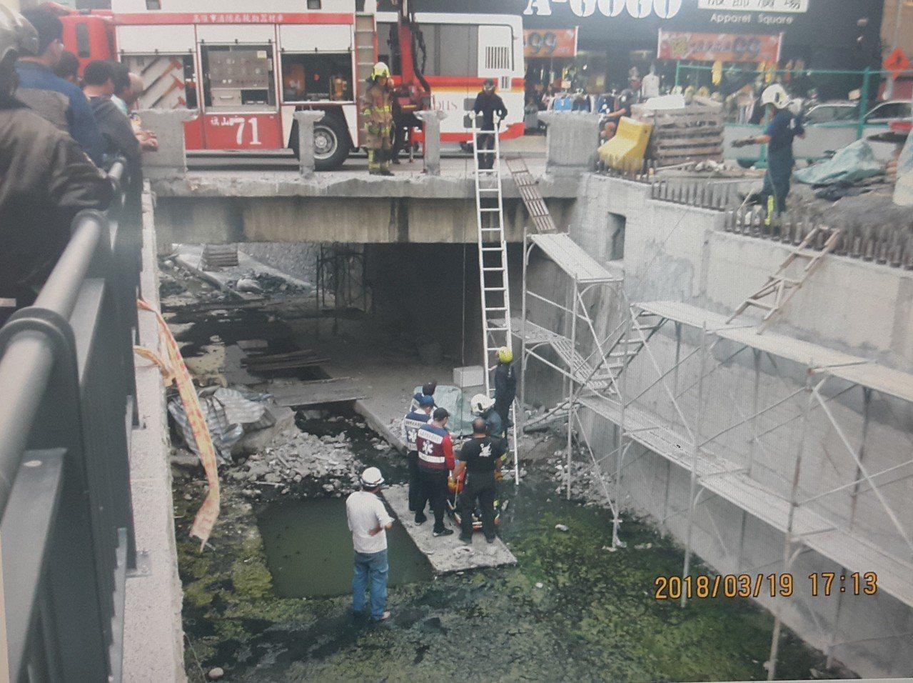 5號大排深度超過4公尺,何姓老翁救起時已無生命跡象。記者徐白櫻/翻攝