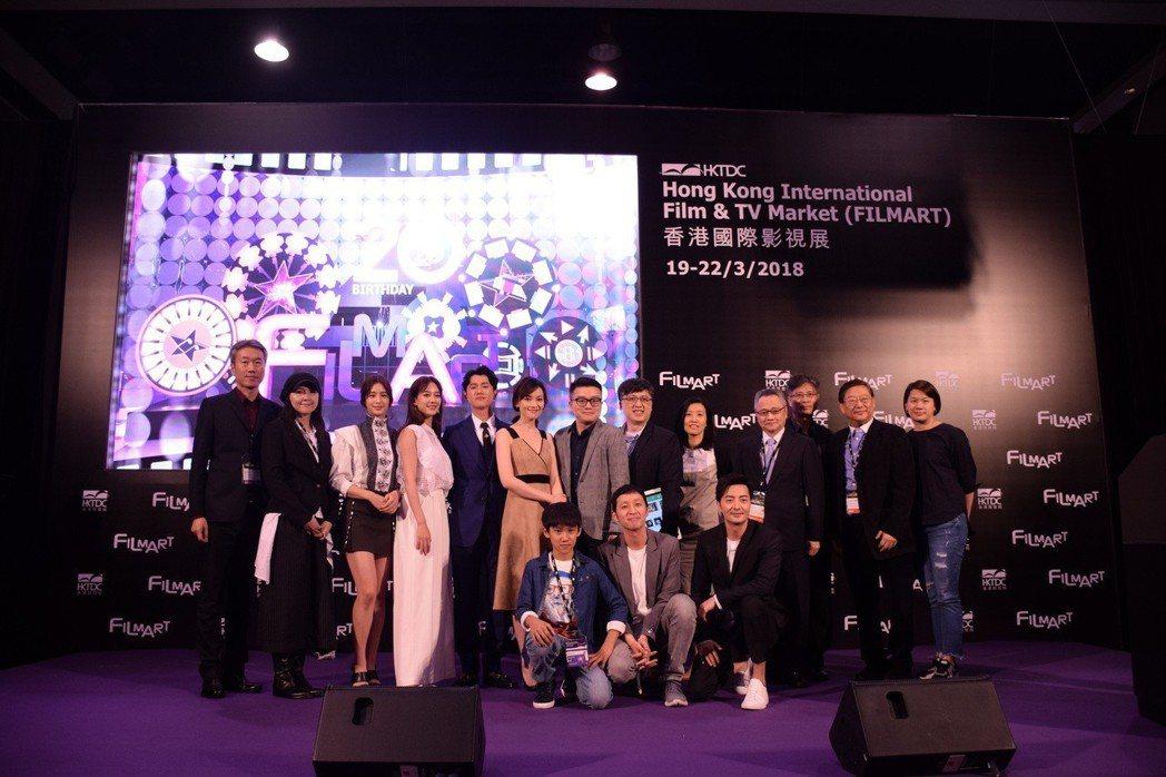 孟耿如(左)、莫允雯與工作人員出席香港影視展。圖/東森提供