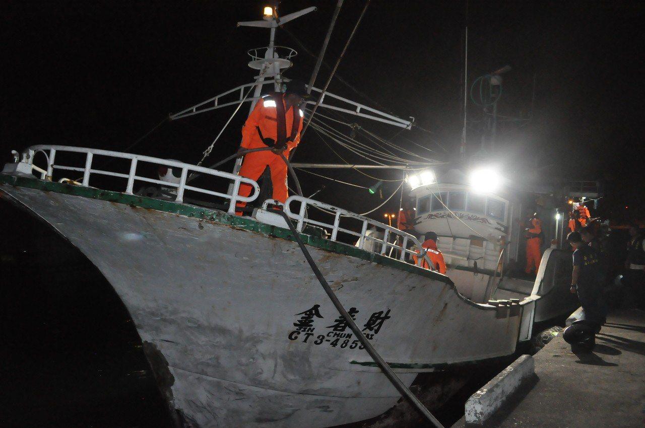 金春財號漁船涉嫌載越南偷渡客,今晚被押解回高雄海巡隊。記者黃宣翰/攝影