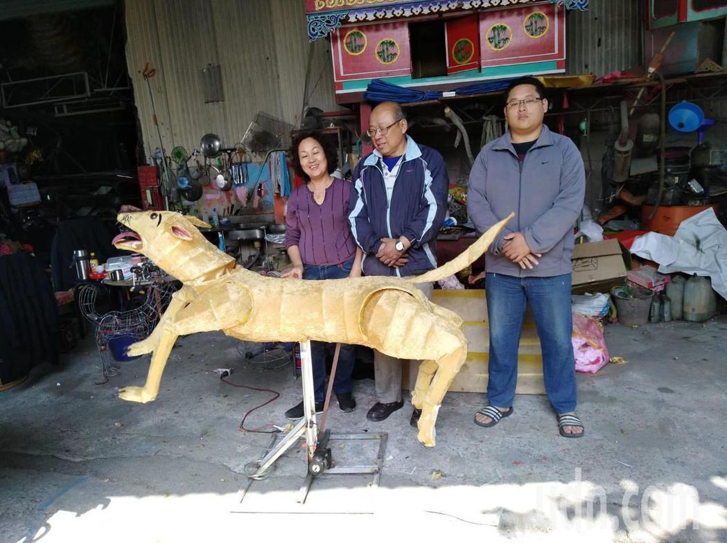 顏三泰和妻兒一起承襲顏家燈藝。記者蔡維斌/攝影