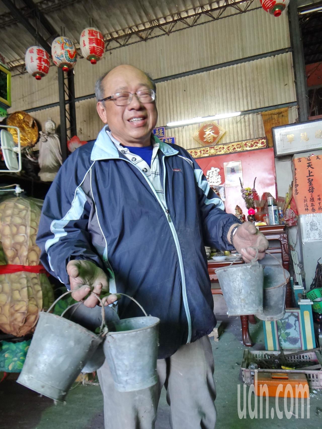 顏三泰也找出父親親手打造的小水桶,強調早年電動花燈所有道具全都自己做,即便是小水...