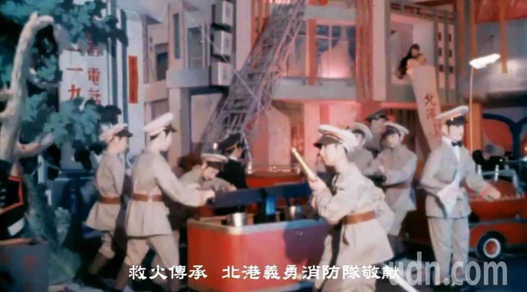 台灣花燈大師顏崑池五十多年前電動花燈作品,這座人會走、會登梯、噴水的作品是獻給岳...