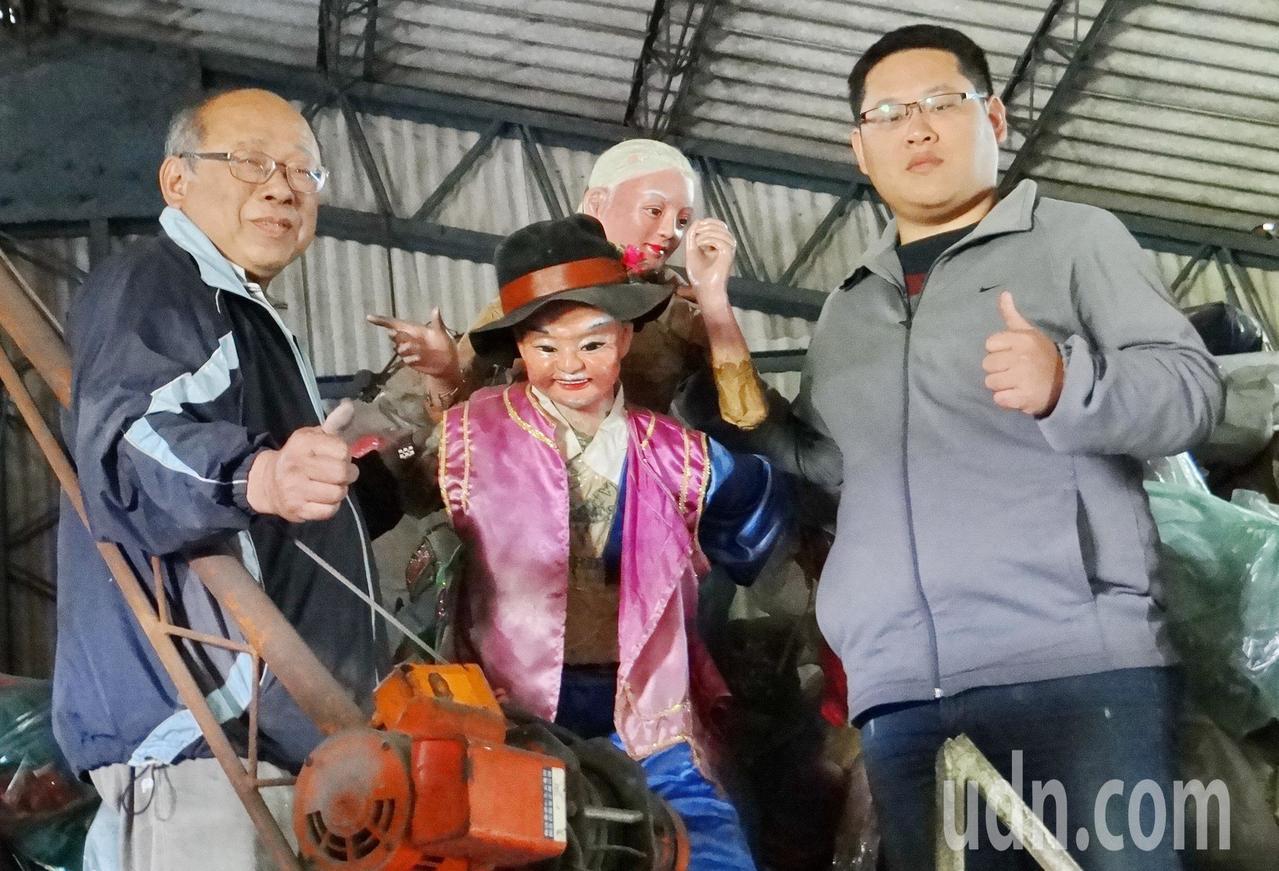 網路最近瘋傳台灣最早的北港電動花燈紀錄片,讓承襲父藝的花燈大師顏三泰(左)勾起對...