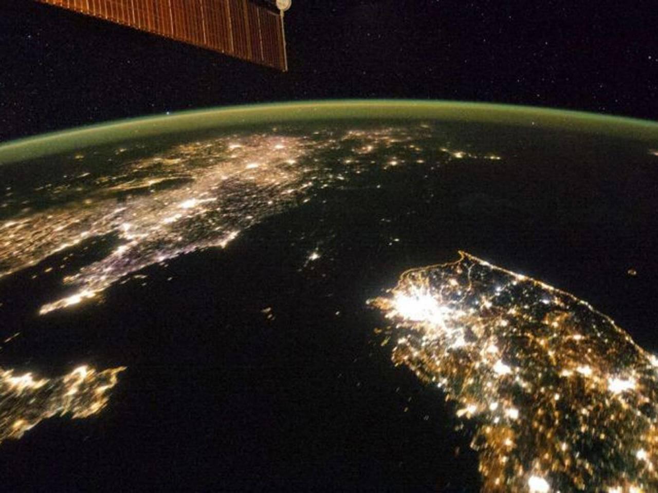 缺電嚴重的北韓,夜晚景象一片漆黑。路透