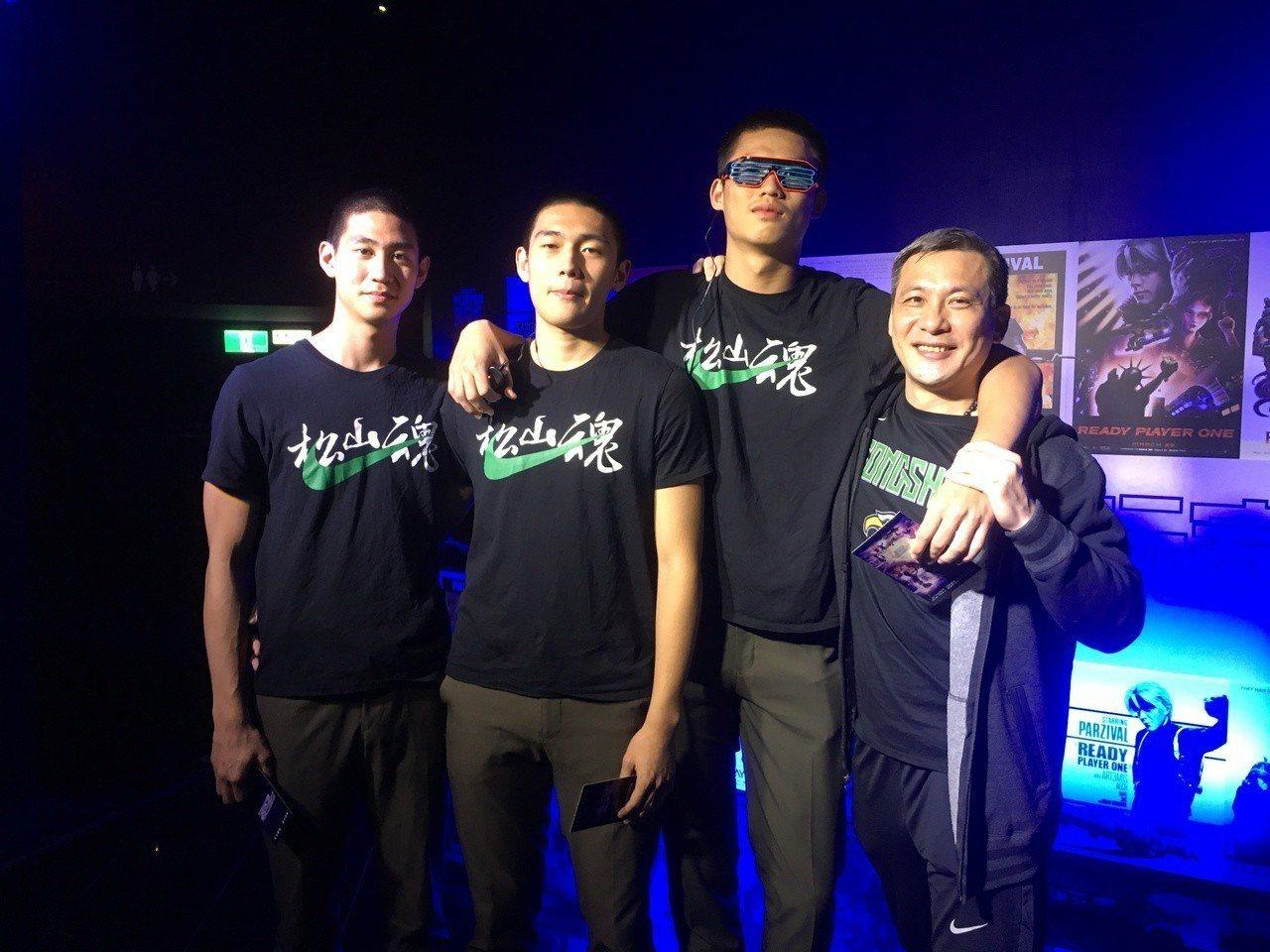 黃萬隆(右)和高三隊員在電影首映會前合影。 記者曾思儒/攝影