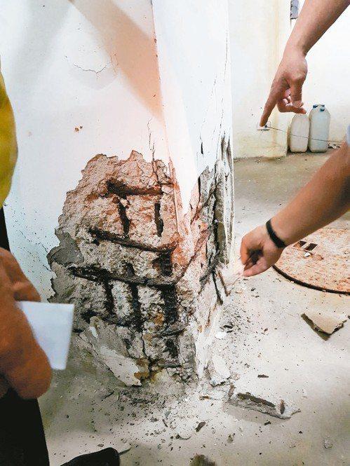 台南安平二期國宅地下停車場處處可見崩裂的水泥塊及裸露的鋼筋。 記者修瑞瑩/攝影
