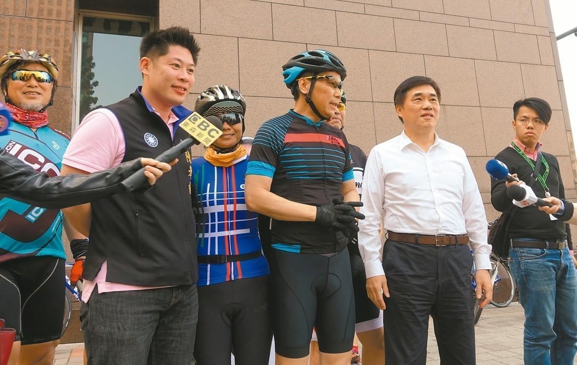 台北市議員鍾小平(中)昨「單車遊台北」,質疑柯文哲的行政能力。 記者邱瓊玉/攝影