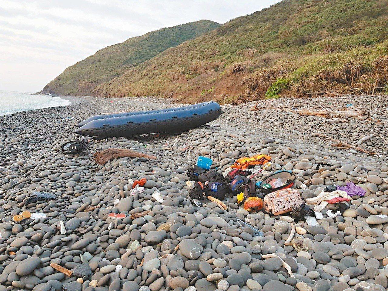 海巡人員在南田海邊發現越南偷渡客搭乘的橡皮艇及丟棄的物品。圖/東巡局提供