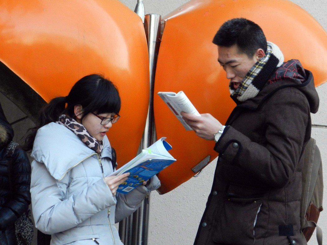 圖為2013年的北京,全國碩士研究生試場,考生在北京清華大學考點做考前最後的複習...