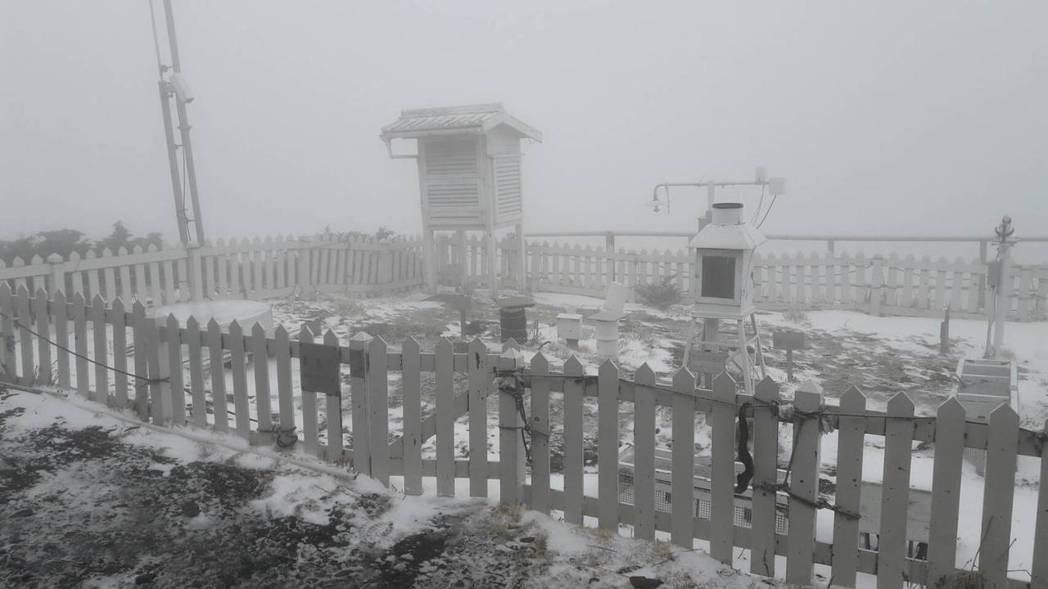 今天上午7時25分,玉山觀測站開始下雪至上午9時35分。圖/中央氣象局提供