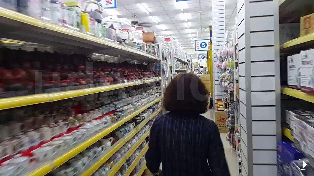 嘉義市區一家大賣場業者說,還好有做防震準備,貨架上玻璃、瓷器等商品有緊密相依,減...