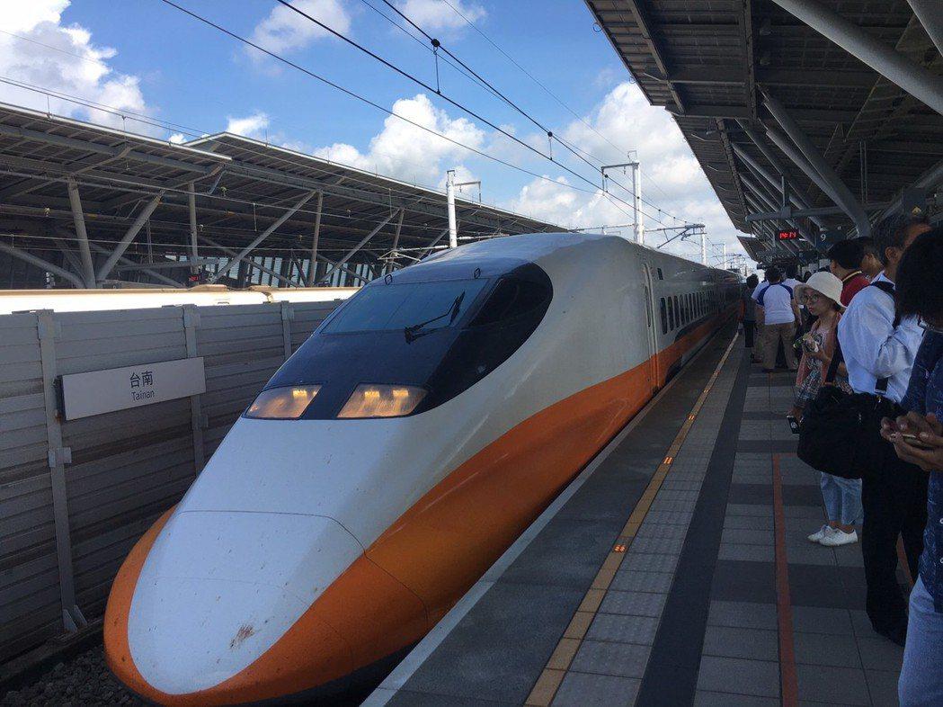 受嘉義規模5.2強震影響,高鐵嘉義至台南區間一度暫停運轉,台灣高鐵指出,於18時...