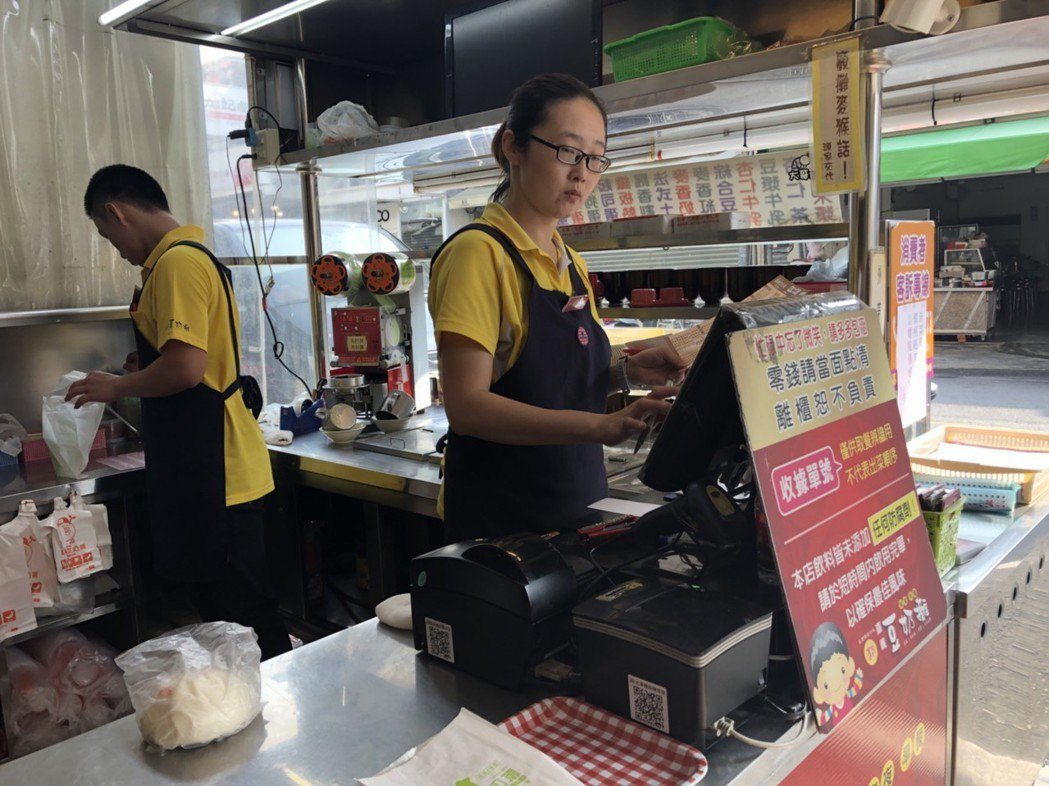 「嘉義豆奶攤」業者郭建志認為,國稅局查核人員分次點餐做法是「找碴」,讓人難心服口...