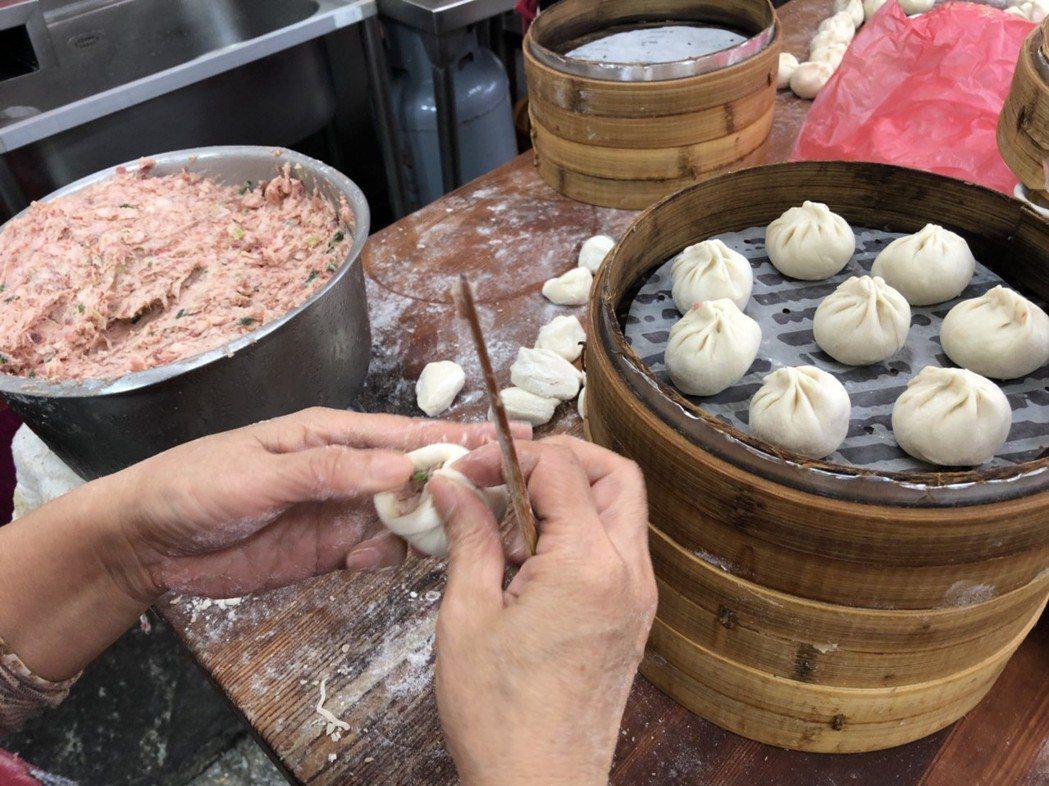 花蓮市公正街小籠包是花蓮當地知名小吃,吸引觀光客慕名品嘗。 記者王慧瑛/攝影