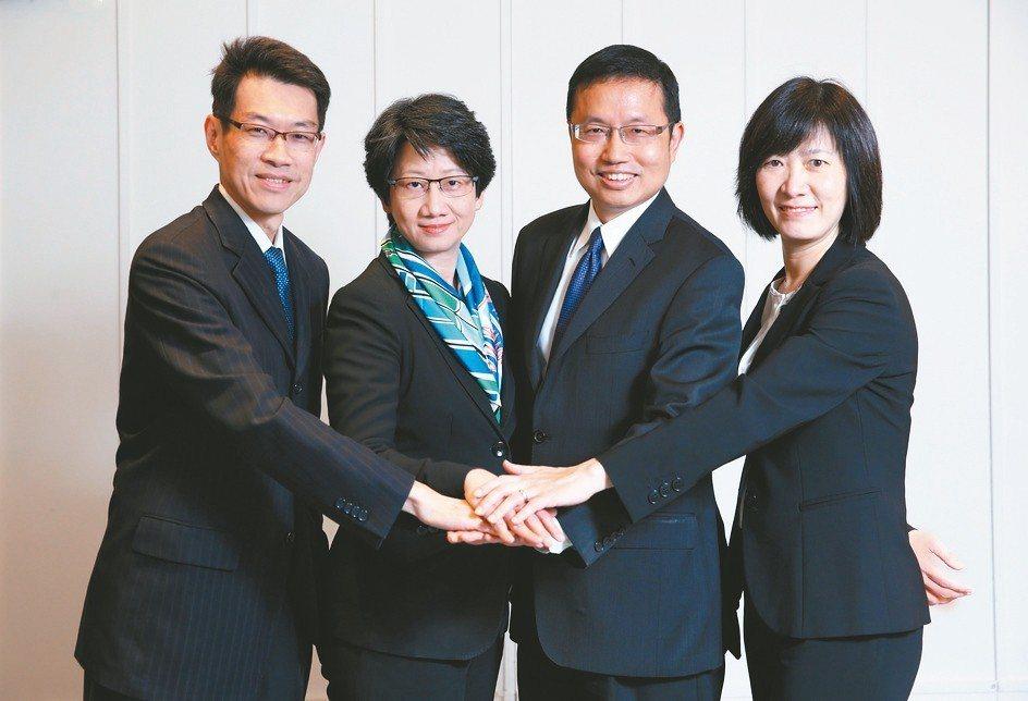 凱基投信全新管理團隊,總經理高子敬(左起)、副董事長張慈恩、董事長丁紹曾、資深副...