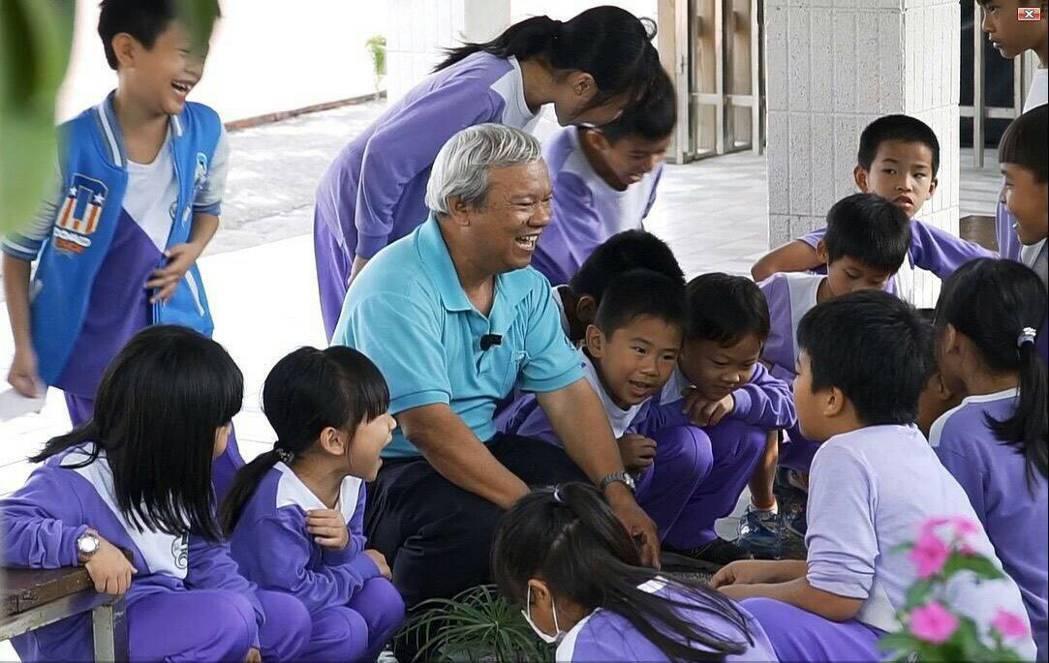 蘇文華先生於林園區汕尾國小進行環境教育向下扎根。 高雄市環保局/提供