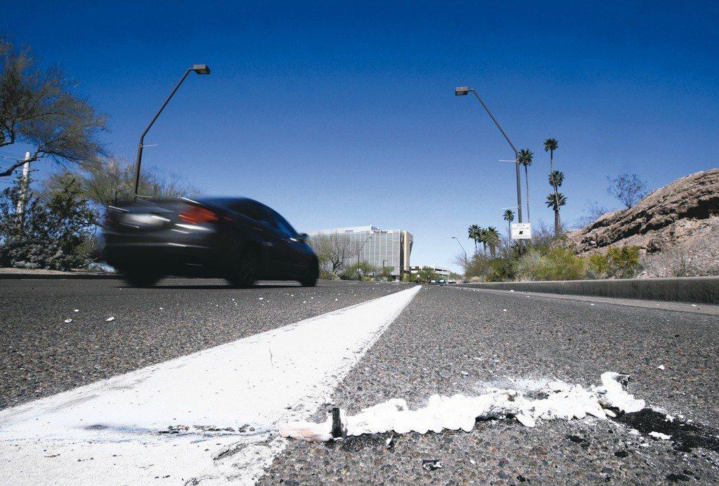 一輛 Uber自駕車19日在四線道大馬路上,撞死了一名牽自行車過馬路、走在行人穿...