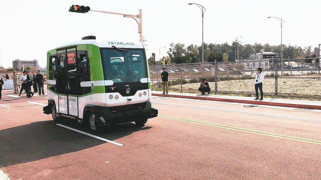 台北市政府目前正推動自駕車,資訊局表示會要求廠商注意並強化自駕車偵測訊號死角等問...