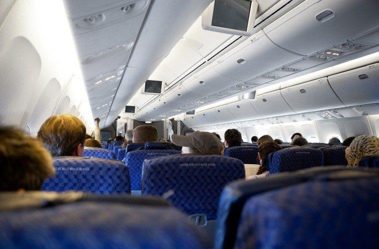 之前泛航航空因機上一名男乘客體味太重,導致許多乘客不舒服而決定迫降。 情境示意圖...