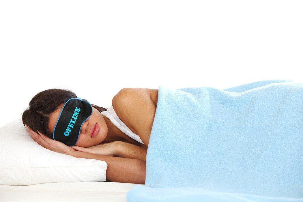 睡覺時應儘量避免仰面而睡,最好採用右側臥的姿勢入睡。 圖片/ingimage