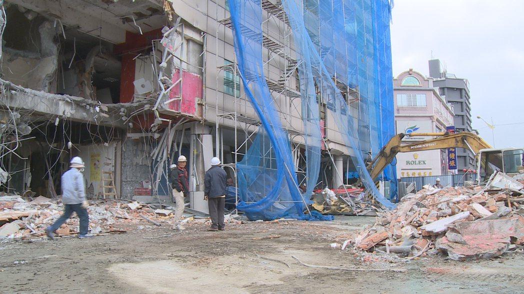「舊遠百大樓」已經展開拆除作業,目前拆除進度約6成。 攝影/記者謝育炘