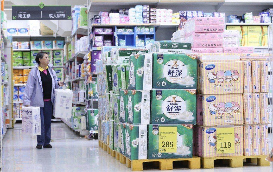 3月初,各大超市、量販店引爆了一場「衛生紙之亂」。為了回應民怨,公平交易委員會將開始展開動作。 圖/聯合報系資料照