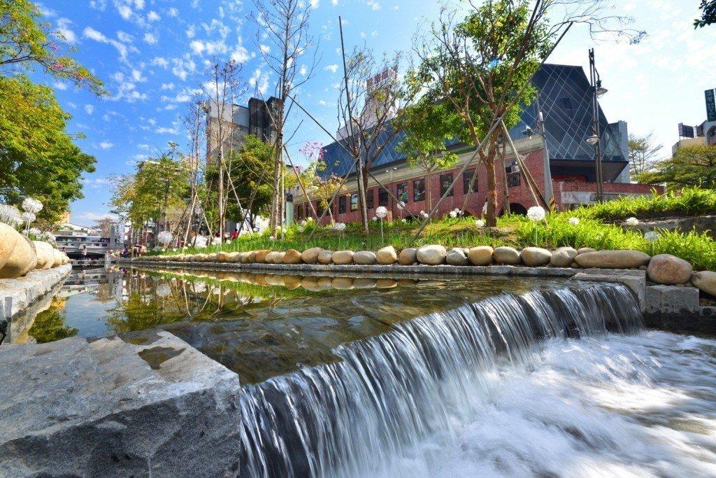 台中火車站前綠川已成台中熱門新興景點,台北市長柯文哲更表示將到綠柳川考察。 圖/台中市新聞局提供