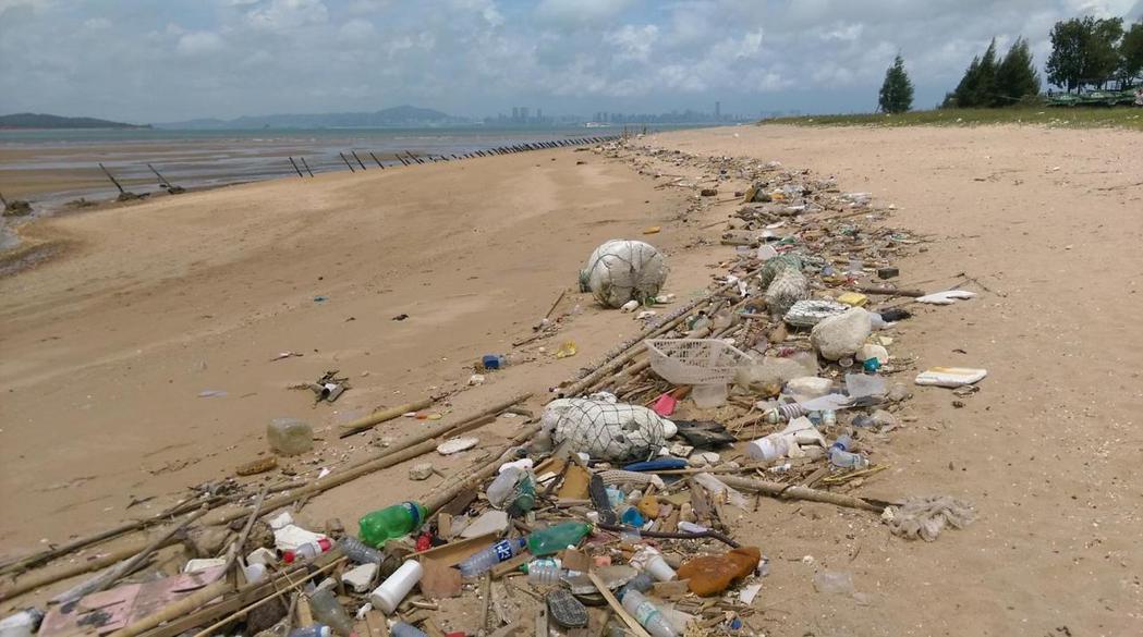 金門縣與連江縣的海岸同樣受到垃圾上岸景觀破壞之苦。圖為金門慈湖沿岸海漂垃圾上岸情...