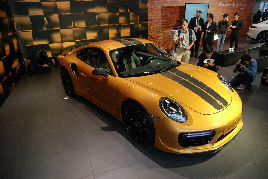 全球限量 500台的金黃色 911 Turbo S Exclusive相當吸引人。 記者林鼎智/攝影