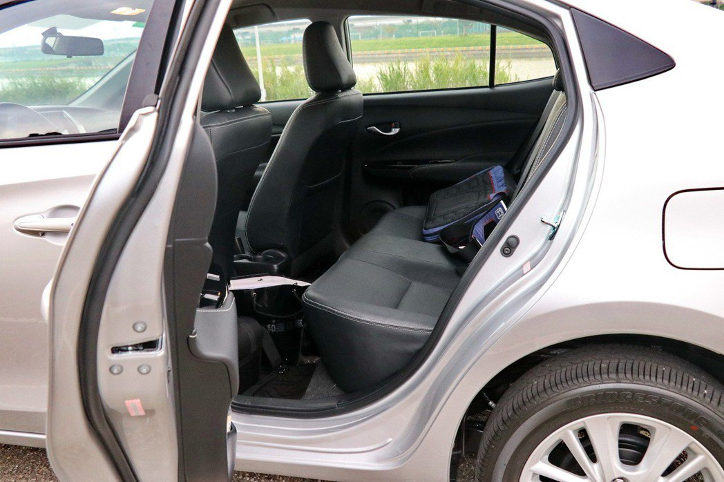 車門開口較小,頭部空間也較為有限。 記者陳威任/攝影