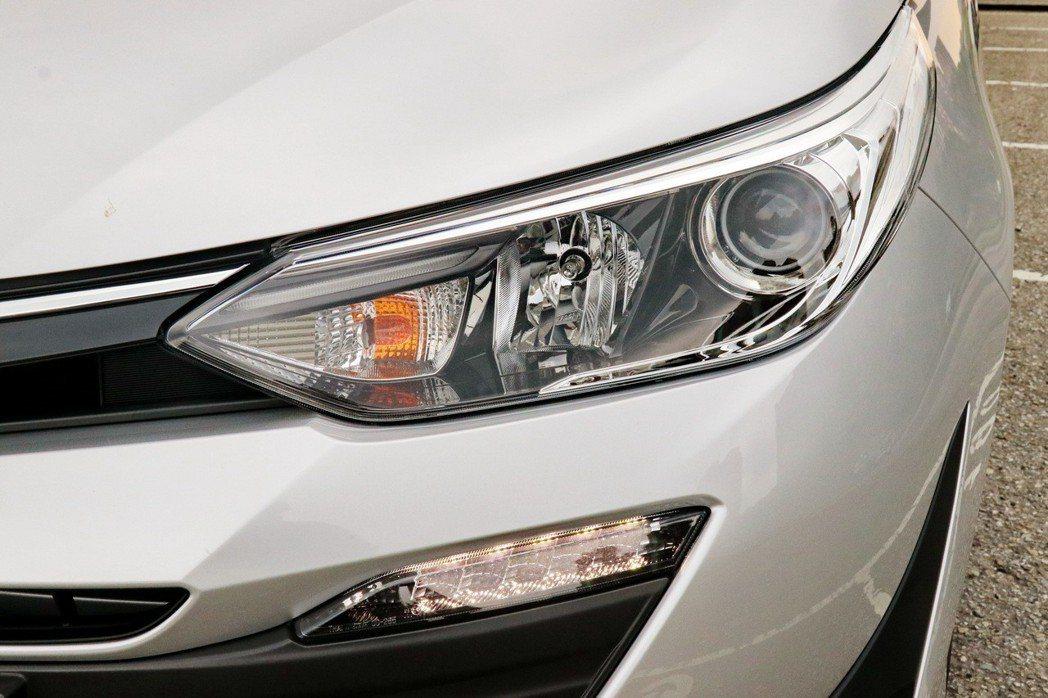 全新設計的投射式四燈式頭燈樣式變得更加動感,加上標配的LED日行燈,強烈展顯科技動感風格。 記者陳威任/攝影