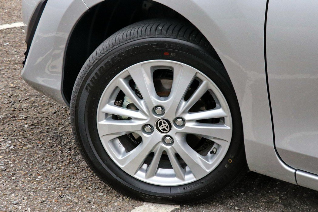 車側則是換上全新輪圈樣式,尺寸為185/60R15。 記者陳威任/攝影
