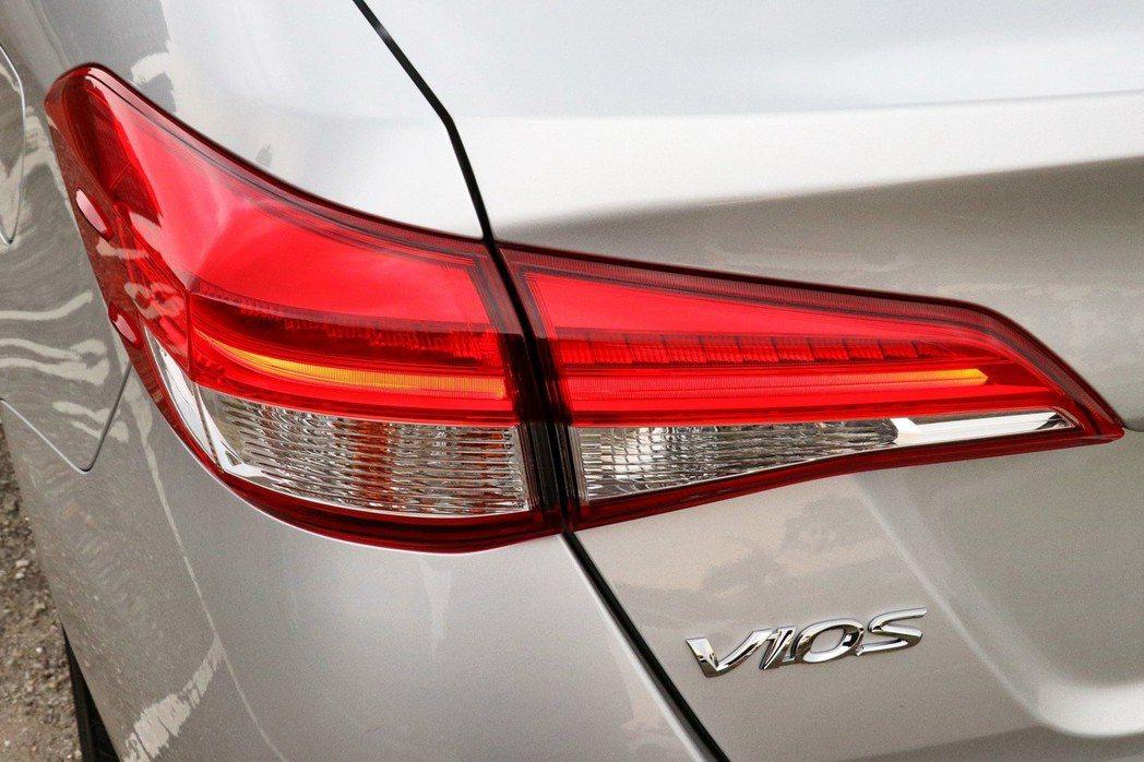 豪華車型導入LED光條式尾燈。 記者陳威任/攝影