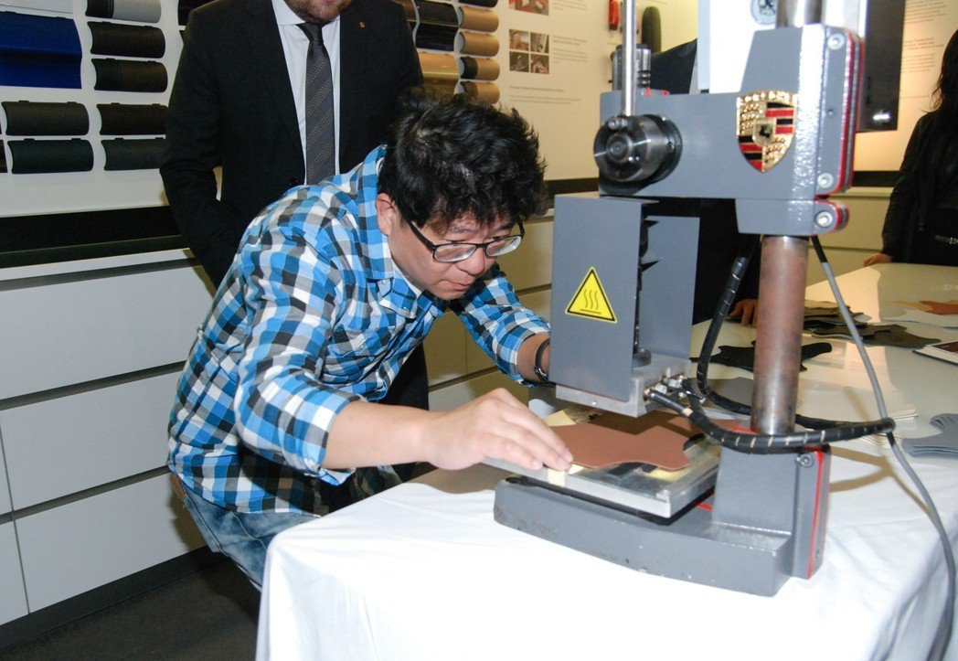 現場也提供媒體於皮革上燙印 Porsche 廠徽的體驗,據了解,原廠燙印人員須經由兩至三年的訓練才能擔任此工作。 記者林鼎智/攝影