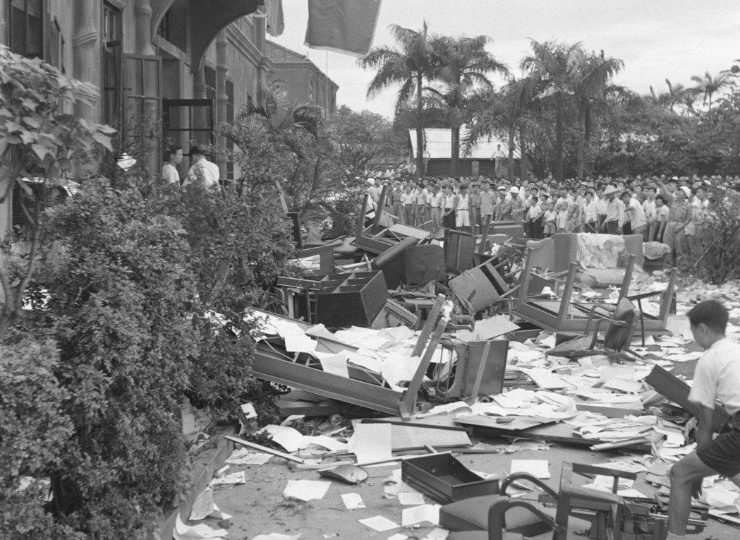 台灣群眾不滿美軍法庭隊美軍上士雷諾槍殺劉自然案判決,民眾包圍破壞美國大使館。 圖...