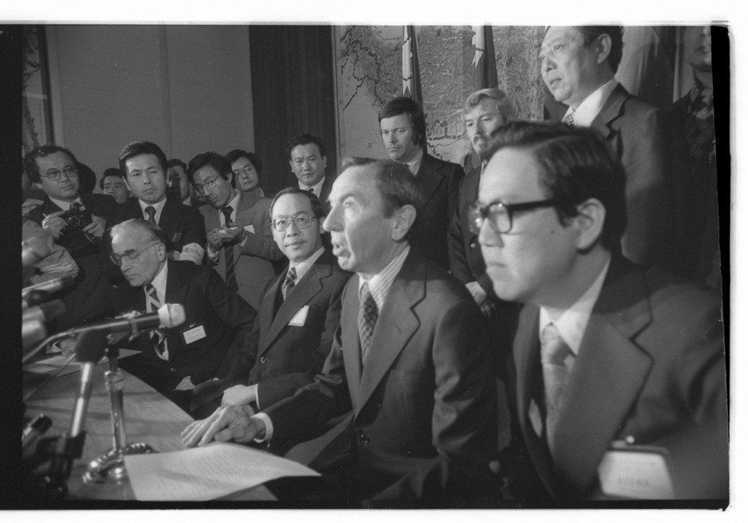 來華談判的代表團團長、副國務卿克里斯多福﹙右二﹚,晚間抵達台北機場,向中外記者發...
