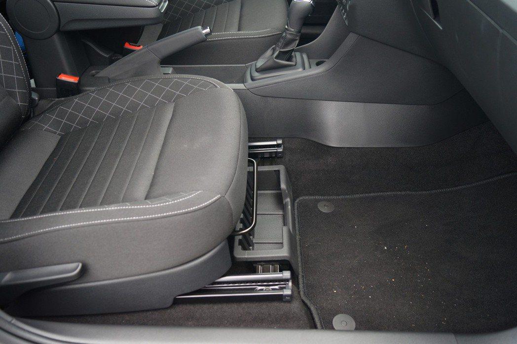 Škoda貼心的在副駕駛座下方設置雨傘盒。 記者趙駿宏/攝影