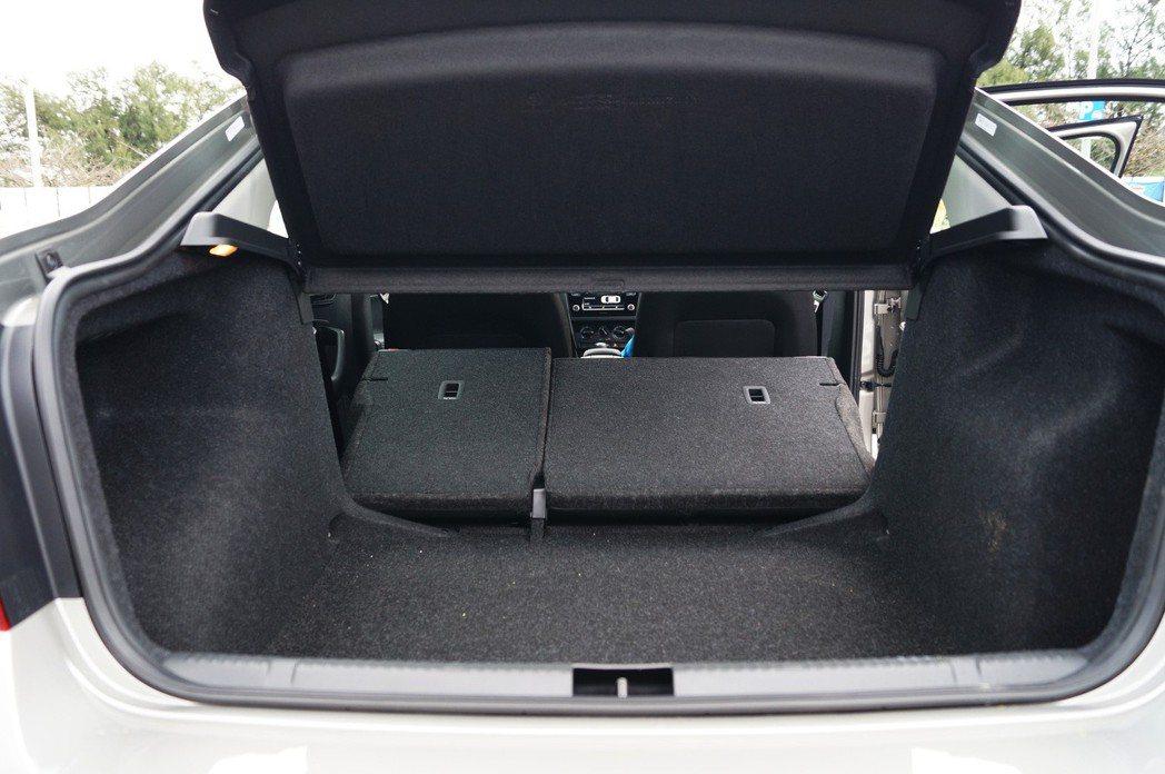 6/4分離椅背傾倒,上方障板拆下後有更大的置物空間。 記者趙駿宏/攝影