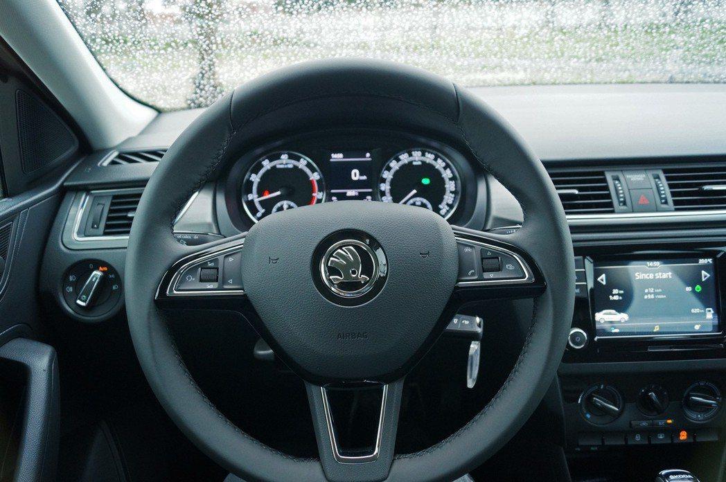 方向盤上有電話、音量控制、行車資訊切換等便利的快撥鍵。 記者趙駿宏/攝影