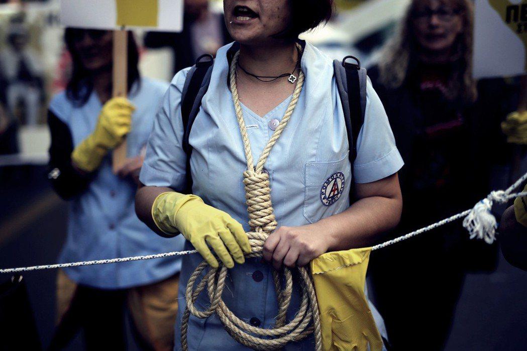 去年年底,希臘的醫生與護理師公會,才憤怒地走上街頭抗議齊普拉斯政府與歐洲債權人的...