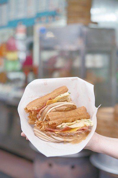 無敵海景饅頭蛋+花生醬70元/在花捲饅頭內豪邁的放入了蔥蛋、豬排、油條等,再抹上...