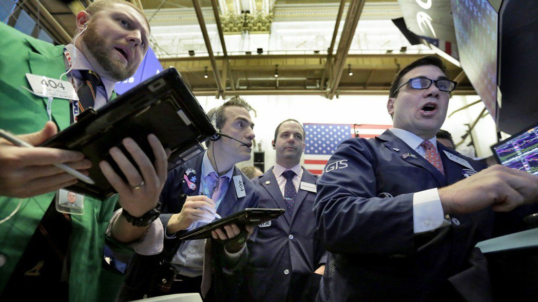 美股今天持續重挫,道瓊工業指數大跌400多點,兩個交易日以來累跌逾1100點。 ...