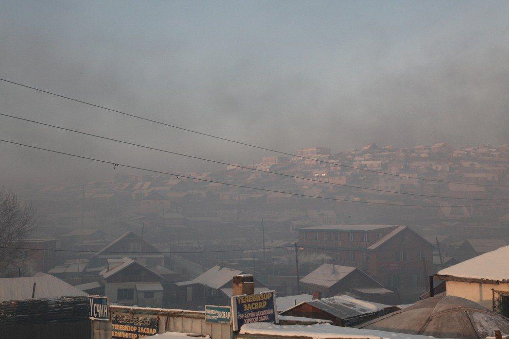 蒙古首都烏蘭巴托現在除了是世界最冷首都,也是空氣汙染最嚴重的首都。圖為該市201...