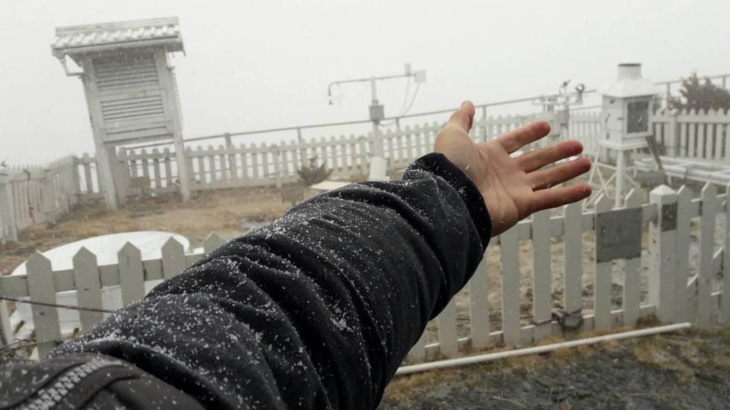 今天上午7時25分,玉山觀測站開始下雪,氣象局預估,由於今天水氣充足,下雪可以下...